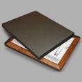 Плакетка на деревянной основе — лазерная гравировка, пластик, коробка